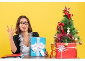 情绪激动的女商人戴着眼镜拿着礼物坐在_13407274