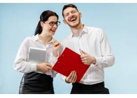 商业合伙的概念年轻快乐的微笑男女站在蓝_13455916