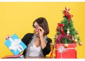 情绪激动的女商人戴着眼镜看着她的礼物_13407276