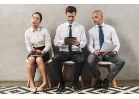 感兴趣的好奇的公司女商人看着同事的数字平_4172195