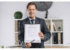 成熟的律师用笔指着合同文件上的签字处_3113979