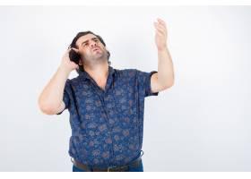 成熟的男人一边用手机说话一边手挽着衬衫_13463953