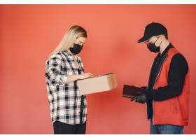 戴着医生面具的送货员和女人在一起_8819663