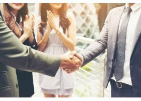 商务人士握手达成一笔成功的会议交易_1275807
