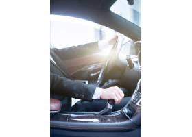 商务人士驾驶汽车的侧面照片_1286620