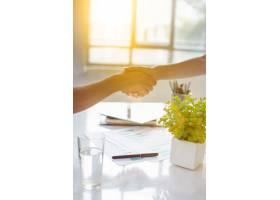 商务伙伴关系会议理念生意人握手成功的_8096885