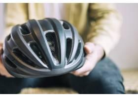 戴自行车头盔的男子_4314041