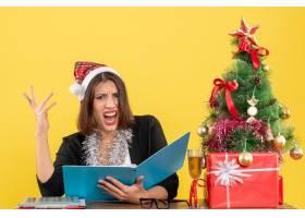 商务女士戴着圣诞老人帽戴着新年装饰品_13405835