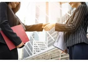 商家与工友握手握手业务伙伴一起办事_1275664