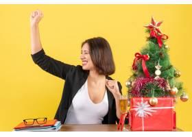 圣诞气氛年轻的女商人自豪地在黄色上享受_13406789