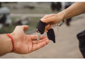 把机器上的钥匙从一只手传到另一只手_3199317