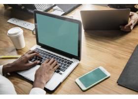 在会议中使用笔记本电脑工作的人员_11303313