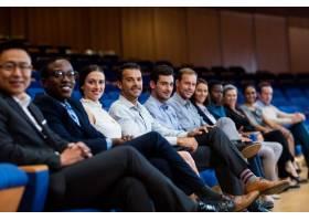 在会议中心参加商务会议的企业高管画像_8236876