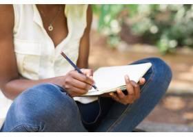在公园里工作的黑人妇女的剪裁视图_1355619