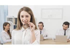 在呼叫中心工作的女性肖像_4070876