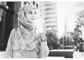 在城里喝咖啡的伊斯兰妇女_2758649