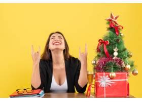 Xsmas心情与年轻快乐的女商人坐在办公室享_13408796