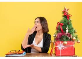 Xsmas情绪迷茫的年轻女商人坐在办公室的一_13408771