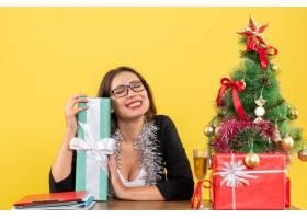 一位西装革履的女商人戴着眼镜展示着她_13405798