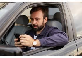 一位身穿蓝色夹克和条纹T恤满脸胡须的男_10760184