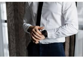 一名优雅的男子穿着白色衬衫打着领带_6448419