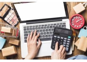 一名妇女正在使用电脑在网上购物_10621401