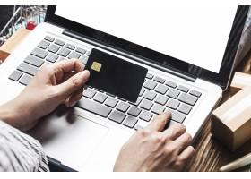 一名妇女正在使用电脑在网上购物_10621426