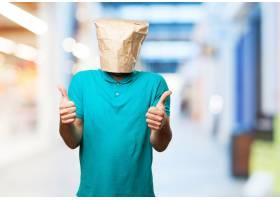 一名男子頭上戴著紙袋豎起大拇指_916770
