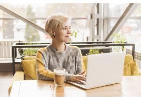 一名自由职业女性在咖啡厅用笔记本电脑工作_3621127