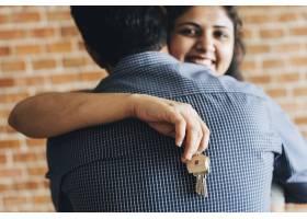 一对快乐的夫妇拿着新家的钥匙_3469632