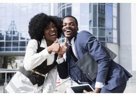 一幅快乐的非洲青年男女竖起大拇指的肖像_4767847