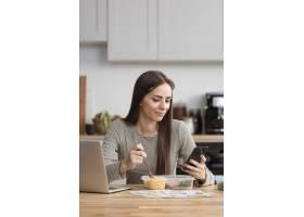 试图用手机吃饭和工作的女商人_7777487
