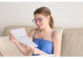 身穿休闲服的女性获得积极的检查结果_3938039