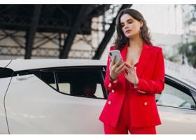 身穿红色西装的性感美女在车前摆姿势在电_11542224