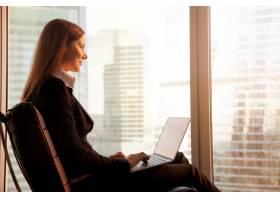 迷人的女商人享受日落在办公室放松_3955637
