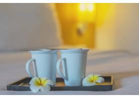 酒店客房白色床上的双人迎宾咖啡杯特写酒_5072221