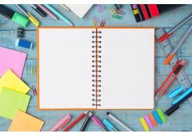 笔记本用纸和复古木桌上的学习或办公工具_1287507