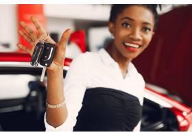 时髦的黑人女子在汽车沙龙里_4578544