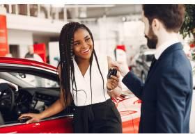 时髦的黑人女子在汽车沙龙里_4578555