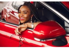时髦的黑人女子在汽车沙龙里_4578566