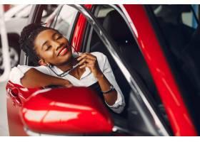 时髦的黑人女子在汽车沙龙里_4578567