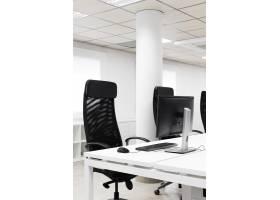 空荡荡的会议室配有黑色办公椅_10821596