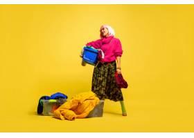 更长的洗衣房和收集的衣服黄色背景上的高_13455843
