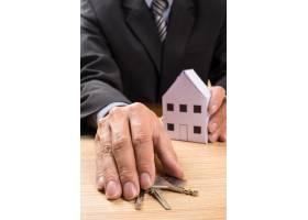 有房型和钥匙的房地产经纪人_1203154
