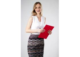 有魅力的现代年轻女商人拿着剪贴板_1119398
