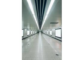 机场或地铁站的现代化走廊带有空白广告牌_1120777