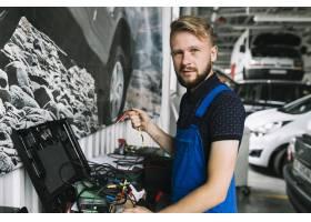 机械师在车间里用电线工作_2899978