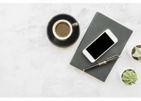 桌上提供带笔记本的智能手机和咖啡_3442438