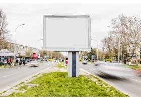 繁忙街道上的白色广告牌广告模型_3274421
