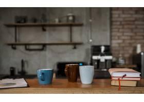 桌子柜台上咖啡杯的前视图_12065479